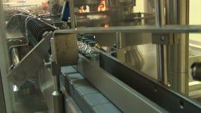 Producción automatizada de medicinas Frascos de relleno de la droga Movimiento en la cadena de producción almacen de video