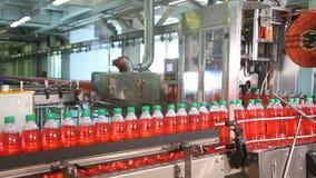 Producción de agua potable y de bebidas almacen de metraje de vídeo