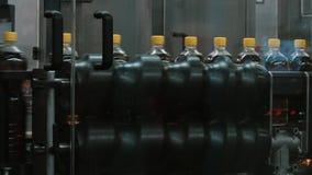 Producción de botellas plásticas con el jugo en el transportador de la fábrica almacen de video