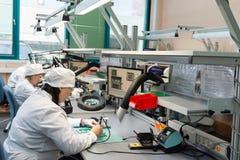 Producción de componentes electrónicos en de alta tecnología Imagen de archivo