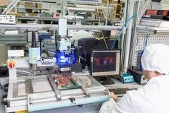 Producción de componentes electrónicos en de alta tecnología Imágenes de archivo libres de regalías