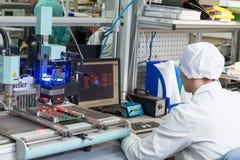 Producción de componentes electrónicos en de alta tecnología Imagenes de archivo