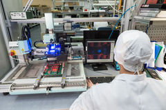 Producción de componentes electrónicos en de alta tecnología Foto de archivo