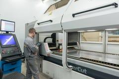 Producción de componentes electrónicos en la fábrica de alta tecnología Fotos de archivo