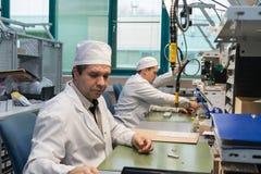 Producción de componentes electrónicos en la fábrica de alta tecnología Fotografía de archivo