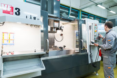 Producción de componentes electrónicos en la fábrica de alta tecnología Fotografía de archivo libre de regalías