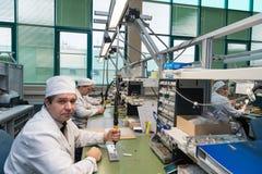 Producción de componentes electrónicos en la fábrica de alta tecnología Imágenes de archivo libres de regalías