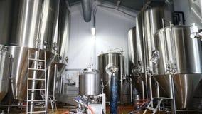 Producción de depósitos y de tubos de acero de la cerveza en una cervecería Línea equipo de la fabricación de la cerveza para la  metrajes