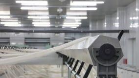 Producción de hilos en una fábrica de la materia textil almacen de video