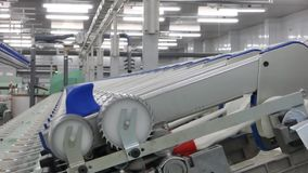 Producción de hilos en una fábrica de la materia textil almacen de metraje de vídeo
