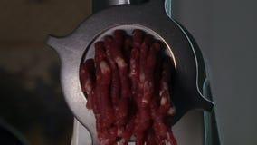Producción de la casa de relleno en la máquina para picar carne almacen de video