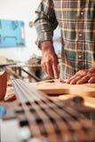Producción de la guitarra en taller más luthier del ` s Foto de archivo