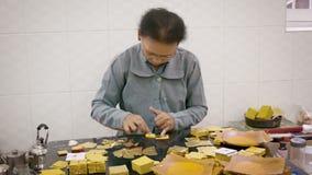 Producción de la hoja de oro creando el pedazo igual de hojas extremadamente finas para el uso en el dorado almacen de video