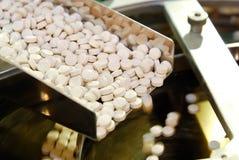 Producción de la píldora de la tablilla en los carriles Imagen de archivo libre de regalías