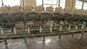 Producción de lana histórica del molino en País de Gales - Reino Unido almacen de video
