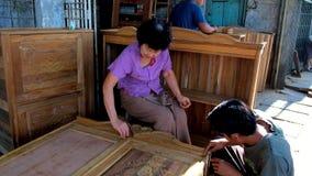 Producción de muebles de madera hechos a mano en Chinatown de Rangún, Myanmar almacen de metraje de vídeo