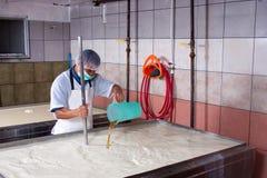 Producción de queso en fábrica fotos de archivo libres de regalías