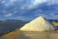 Producción de sal en Sicilia Imágenes de archivo libres de regalías