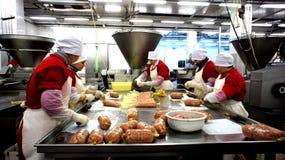 Producción de salchichas. Fábrica de la salchicha. Foto de archivo