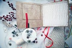 Producción de tarjetas de Navidad scrapbooking imágenes de archivo libres de regalías