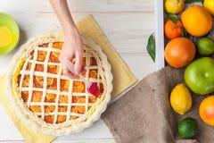 Producción de torta con la fruta cítrica Fotos de archivo libres de regalías