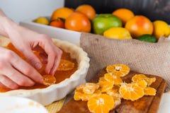 Producción de torta con la fruta cítrica Imágenes de archivo libres de regalías
