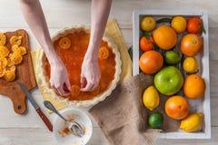 Producción de torta con la fruta cítrica Fotografía de archivo libre de regalías
