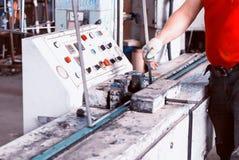 Producción de ventanas del PVC, montaje de las ventanas de aislamiento doble para las ventanas del PVC imagen de archivo libre de regalías
