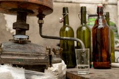 Producción del alcohol en las condiciones caseras Accesorios para la producción de alcohol ilegal hecho en casa foto de archivo libre de regalías
