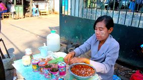 Producción del betel en el mercado de Chinatown, Rangún, Myanmar metrajes