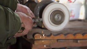 Producción del metal Tiro cosechado de un trabajador de la industria en su copyspace de funcionamiento de la máquina de pulir del almacen de metraje de vídeo