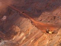 Producción del mineral de hierro en mina roja Imagenes de archivo