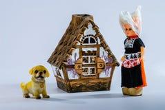 Producción del recuerdo , Muñecas: perro de la señora y una pequeña casa Foto de archivo libre de regalías