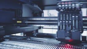 Producción electrónica automatizada de la placa de circuito Tono azul almacen de metraje de vídeo