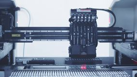 Producción electrónica automatizada de la placa de circuito Tono azul almacen de video