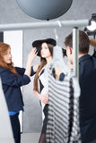 Producción en curso de una sesión de foto de la moda Fotografía de archivo libre de regalías
