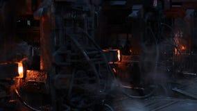 Producción impresionante del metal Máquinas negras enormes en la tienda, que se mueve en el acero caliente almacen de video