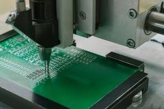 Producción industrial de microcircuitos del circuito Fabricación de componentes y de tableros de ordenador foto de archivo libre de regalías