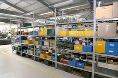 Producción interior moderna de los componentes de la electrónica, warehou de las piezas Fotos de archivo libres de regalías