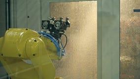 Producción para corte de metales industrial de la herramienta que muele por la mano nana del robot almacen de video