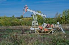 Producción petrolífera con el equipo industrial foto de archivo libre de regalías