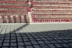 Producción tradicional de tejas secadas al sol del ladrillo y de tejado foto de archivo