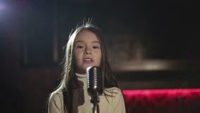 Producción video que el clip de la música para la música del niño protagoniza Cámara lenta almacen de video