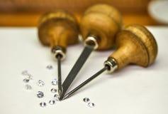 Producci?n de la joyer?a Herramienta para los diamantes de la fijaci?n en un fondo blanco imagen de archivo libre de regalías