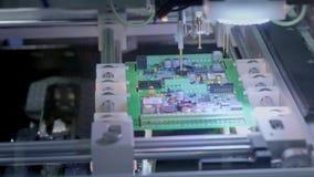 Producci?n electr?nica de la placa de circuito La m?quina automatizada de la placa de circuito produce al tablero electr?nico dig metrajes