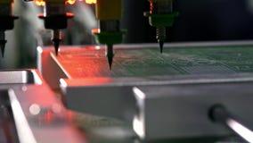 Producci?n electr?nica de la placa de circuito La m?quina automatizada de la placa de circuito produce al tablero electr?nico dig almacen de video