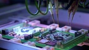 Producci?n electr?nica de la placa de circuito La m?quina automatizada de la placa de circuito produce al tablero electr?nico dig almacen de metraje de vídeo