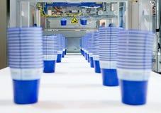 Producción de tazas plásticas Fotografía de archivo