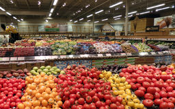 Produce in a large grocery store Royalty Free Stock Photos