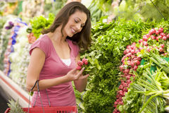 produce section shopping woman Στοκ Φωτογραφία